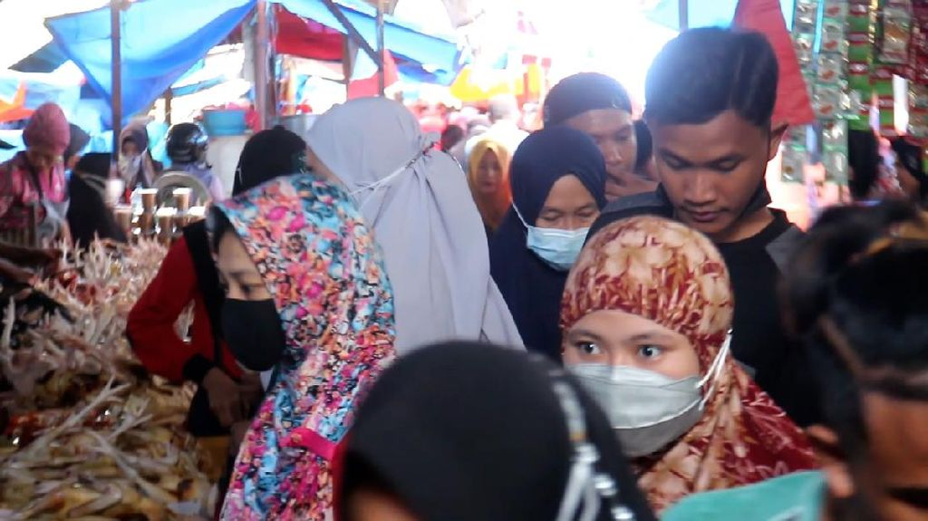 Pasar Lakessi Parepare Ramai, Banyak Pengunjung Abai Prokes