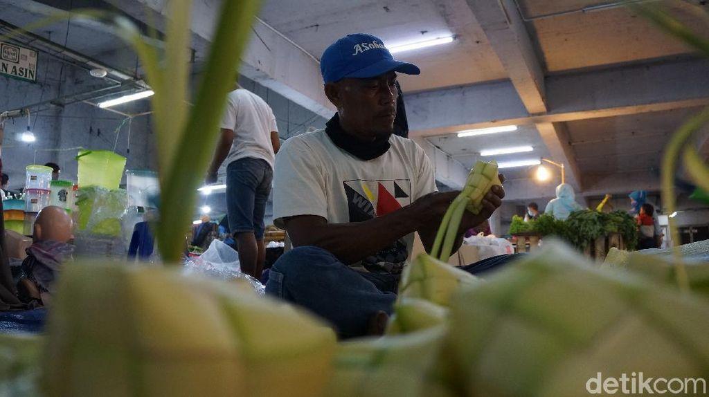 Pedagang Bungkus Ketupat di Bandung Raup Cuan Rp 1 Juta Per Hari