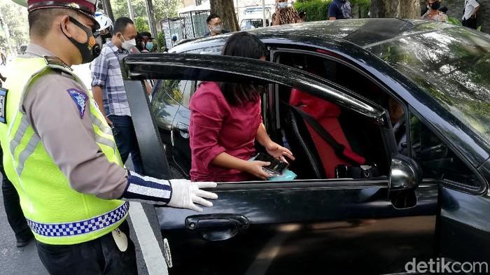 Seorang wanita nyaris tabrak Kasat Narkoba Polresta Solo karena panik saat tahu ada pemeriksaan kendaraan. Gegara itu, wanita tersebut diperiksa-dites Corona.