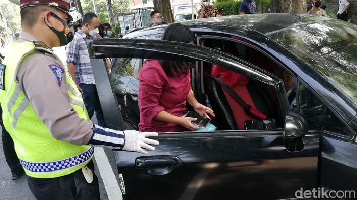 Pemobil wanita panik nyaris tabrak Kasat Narkoba Polresta Solo, Selasa (11/5/2021).