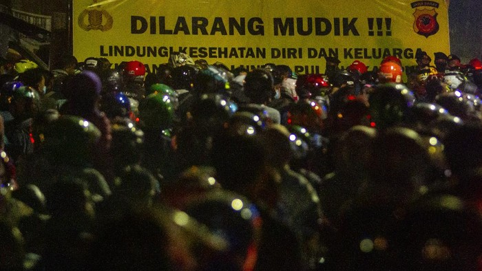 Pemudik sepeda motor terjebak kemacetan saat melintasi posko penyekatan mudik di jalur Pantura Patokbeusi, Subang, Jawa Barat, Selasa (11/5/2021) dini hari. Petugas gabungan memutar balik pemudik yang melintasi jalur pantura Subang pada H-2 jelang Hari Raya Idul Fitri 1442 H. ANTARA FOTO/M Ibnu Chazar/wsj.