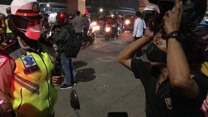 Pemudik ngeyel saat berdebat dengan polisi di Bekasi (Rahmat Fathan-detikcom)