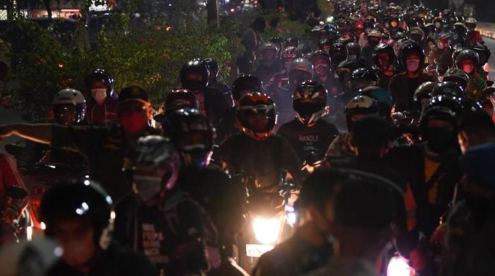 Pemudik sepeda motor terjebak kemacetan saat melintasi posko penyekatan mudik di Kedungwaringin, Kabupaten Bekasi, Jawa Barat, Selasa (11/5/2021) dini hari. Petugas gabungan memutar balikan ribuan pemudik yang melintasi pos penyekatan perbatasan Bekasi -Karawang, Jawa Barat. ANTARA FOTO/Wahyu Putro A/pras.