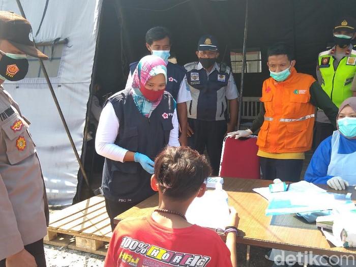 Pemudik yang lolos sampai ke Purbalingga sedang didata dan dites rapid antigen di Pos Karangreja yang merupakan perbatasan Purbalingga-Pemalang, Selasa (11/5/2021).