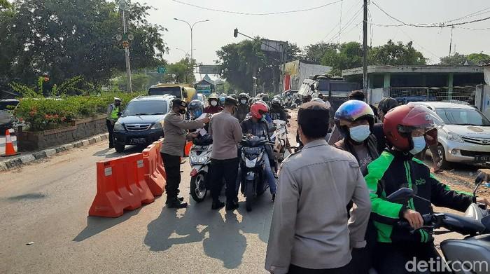 Penyekatan pemudik di Bekasi (Yogi Ernes/detikcom)