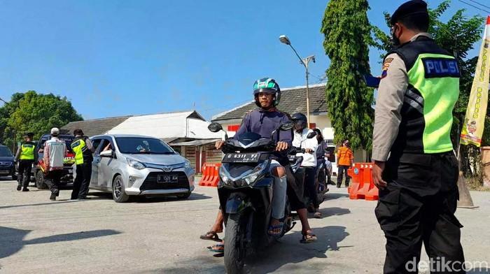Petugas melakukan penyekatan mudik di Pantura, Brebes, Selasa (11/5/2021).