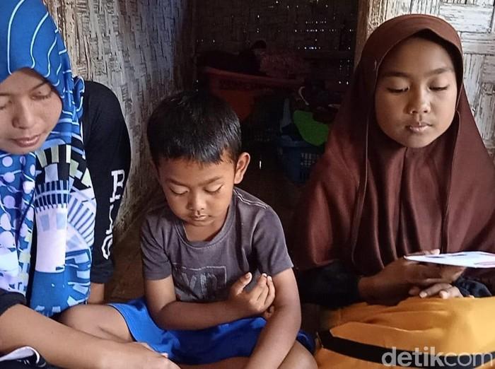 Pilu dua bocah Garut yang ditinggal meninggal kedua orang tua akibat tercebur septic tank