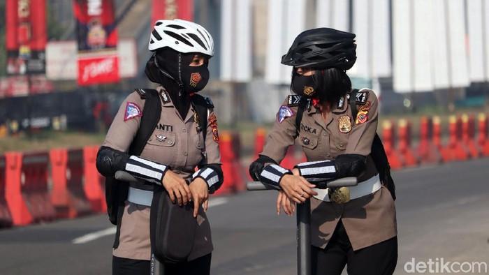 Ada pemandangan berbeda di check point Exit Tol Cileunyi. Dengan menaiki skuter, sejumlah Polisi Wanita (Polwan) Polresta Bandung memberikan imbauan dilarang mudik.