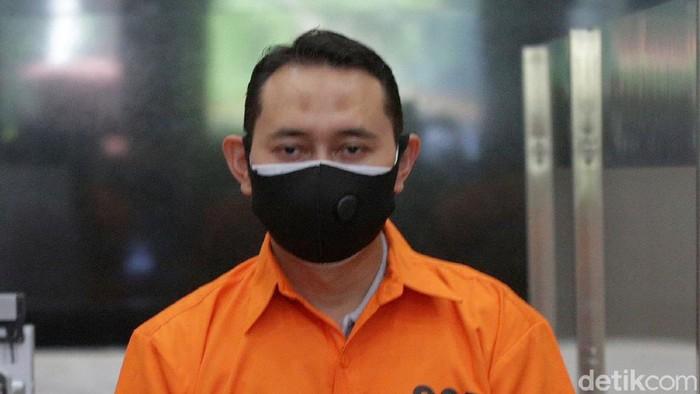 Bupati Nganjuk Novi Rahman telah ditetapkan sebagai tersangka kasus jual beli jabatan. Saat ditunjukan kepada wartawan, Novi Rahman tampak diborgol dan memakai baju tahanan.