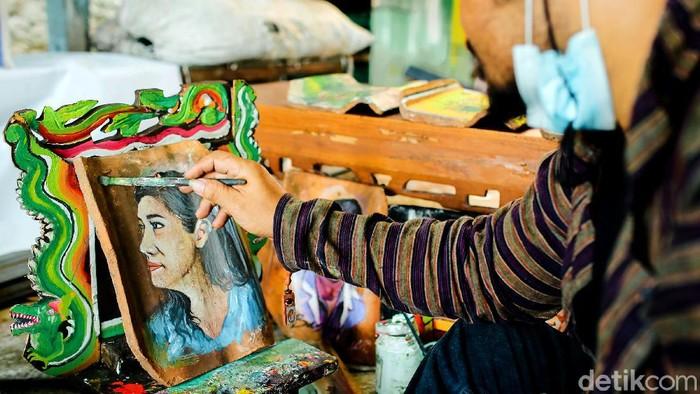 Sasongko Cahyo Suyoto manfaatkan limbah genting dan kayu bekas sebagai media untuk melukis. Tak hanya diminati di Indonesia, lukisannya juga tembus pasar Eropa.