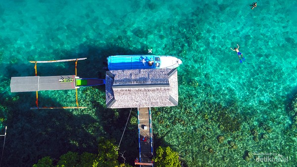 Speed boat berlabuh di dermaga salah satu resort di Kepulauan Togean, Kabupaten Tojo Una-Una, provinsi Sulawesi Tengah, Indonesia.