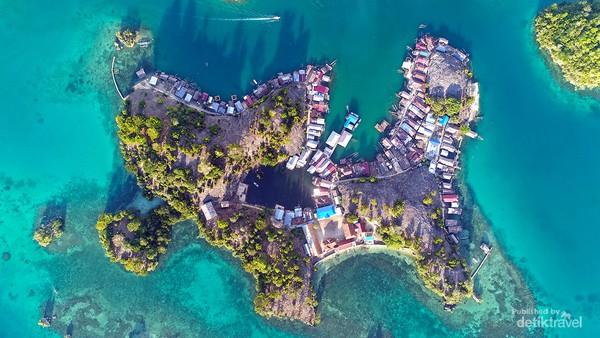 Salah satu pulau berpenduduk di Kepulauan Togean. Ada pulau-pulau kecil, juga pulau besar dengan hutan lebat yang menyimpan kekayaan flora dan fauna.