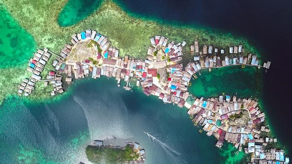 Salah satu pulau berpenduduk di kepulauan Togean. Kepulauan Togean adalah gugusan pulau-pulau yang ada di Teluk Tomini, Sulawesi Tengah.