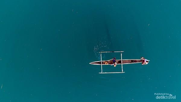 Nelayan sedang menjaring ikan di Togean.