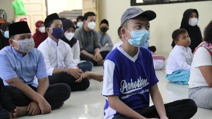 Di tengah pandemi dan menjelang akhir Ramadhan, banyak orang berlomba-lomba mendulang pahala. Seperti santunan anak yatim piatu yang dilakukan ini.