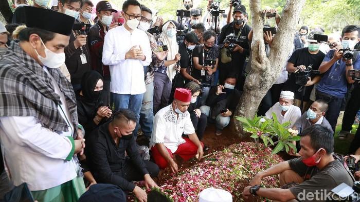 Pemakaman Sapri Pantun di TPU Ulujami.