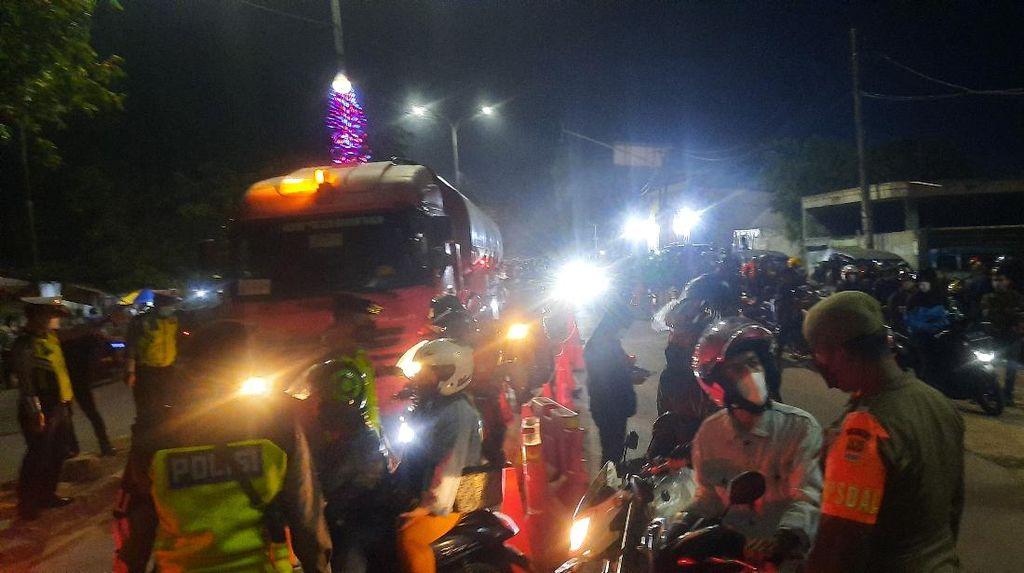 Polisi Izinkan Motor Pelat T Lewati Penyekatan Mudik Kedungwaringin