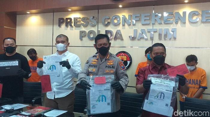 Polisi menangkap komplotan pembuat surat hasil rapid antigen dan tes swab palsu untuk pemudik. Mereka terancam hukuman 6 tahun penjara.