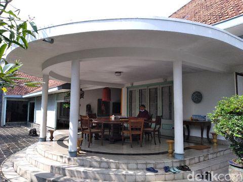 Teras belakang rumah Go Tik Swan yang didesain Bung Karno.