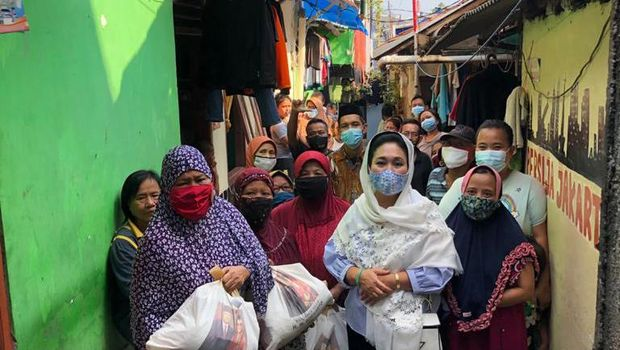Titiek Soeharto membagikan sembako jelang lebaran