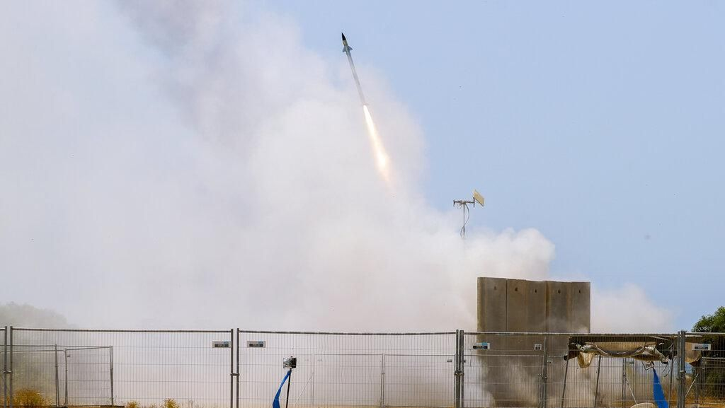 Detik-detik Puluhan Roket Militan Palestina Melintas di Langit Israel