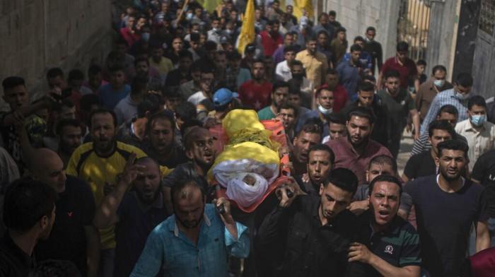 Warga Palestina ramai-ramai antarkan jenazah bocah berusia 11 tahun yang jadi korban serangan udara Israel. Serangan itu diketahui tewaskan sedikitnya 20 orang.