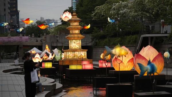 Sejumlah kuil juga akan mengadakan acara masing-masing untuk memperingati hari ulang tahun Buddha.
