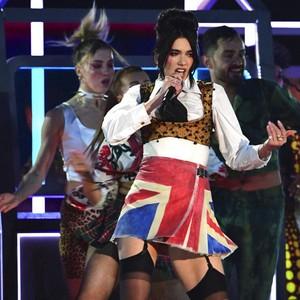 Gaya Unik Dua Lipa di Brit Awards 2021, Penghormatan untuk Amy Winehouse