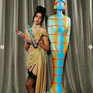 Foto: Gaya Memukau Dua Lipa di Brit Awards, Terinspirasi Amy Winehouse