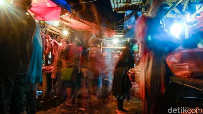 Suasana Pasar Jombang, Tangsel, pada hari Rabu (12/5/2021). Pasar Jombang sudah ramai pengunjung di waktu subuh.
