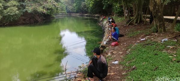 Warga memancing di Hutan Kota Srengseng Jakbar.