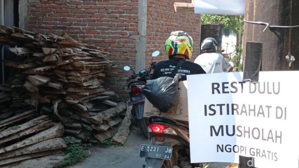 Warga Cirebon Sediakan Kopi Gratis Bagi Pemudik yang Melintasi Jalur Tikus