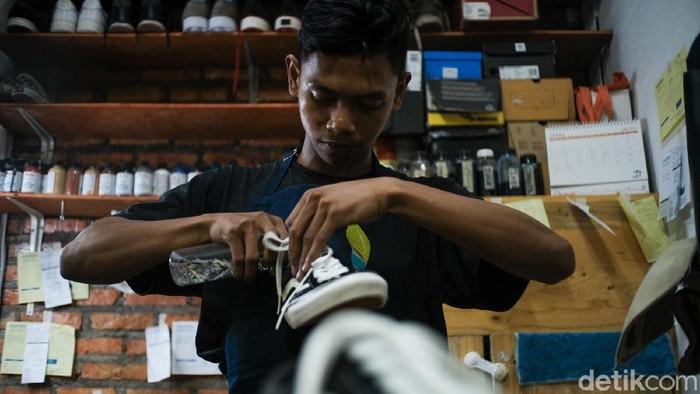 Idul Fitri tidak melulu harus berpakaian serta memiliki sepatu baru. Dengan jasa cuci dan restorasi, sepatu kamu bisa kembali tampil baru menyambut Lebaran.