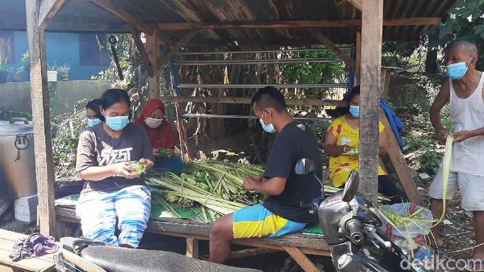 Warga membuat kulit ketupat di Kelurahan Cimahpar, Kecamatan Bogor Utara, Kota Bogor, Rabu (12/5/2021).