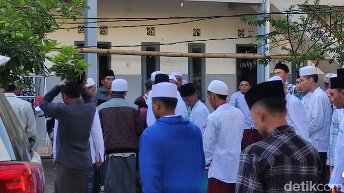 Sejumlah warga muslim di Desa Suger Kidul, Kecamatan Jelbuk, melaksanakan ibadah salat Idul Fitri hari ini Rabu (12/5/2021). Salat Id dilaksanakan di 3 lokasi di lingkungan pondok pesantren (ponpes) Mahfilud Duror.