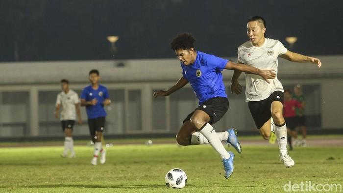 Sejumlah pemain Tim Nasional Indonesia melakukan sesi latihan di Stadion Madya, Jakarta, Selasa (11/5/2021). Latihan tersebut dipantau langsung Ketua Umum PSSI Mohammad Iriawan dan Kaesang Pangarep.