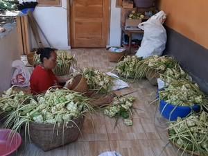 Melihat Kesibukan di Kampung Ketupat Bogor Jelang Lebaran
