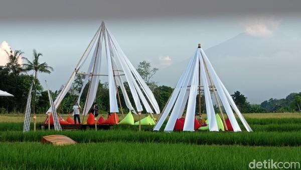 Kampung Sabin ini terletak di Desa Sindangjawa, Kecamatan Dukupuntang, Kabupaten Cirebon. Pihak pengelola menyulap areal sawah seluas satu hektar jadi mirip seperti di Ubud, Bali. (Sudirman Wamad/detikTravel)