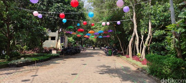 Kawasan Ekowisata Mangrove PIK. Lokasinya berada di 7 Jalan Katamaran Indah 1 RT.7, RT.1/RW.7, Kapuk Muara, Kec. Penjaringan, Kota Jakarta Utara.