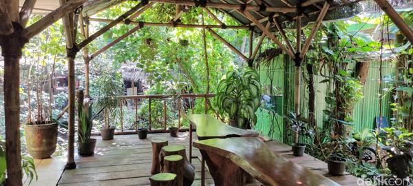 Ruang bersantai di Kawasan Ekowisata Mangrove PIK. Traveler bisa memesan makanan dan minuman di sini.