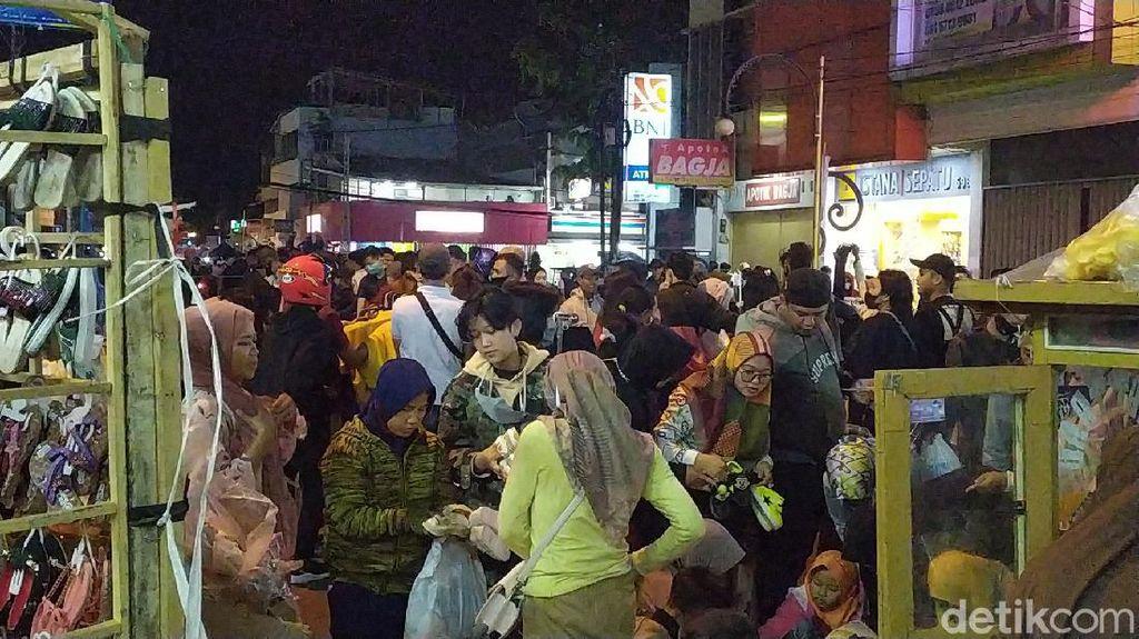 Malam Takbiran, Kawasan Pengkolan Garut Jadi Pasar Tumpah