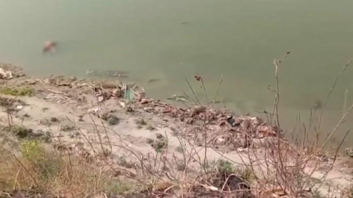 Mayat di Sungai Gangga India