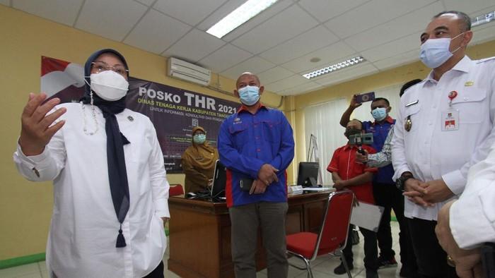 Menteri Tenaga Kerja Ida Fauziyah didampingi oleh Bupati Tangerang Ahmed Zaki Iskandar meninjau Posko THR di Kantor Dinas Tenaga Kerja Kabupaten Tangerang. Rabu (11/5).