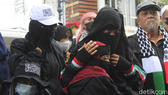 Massa dari Aliansi Umat Islam Peduli Palestina mendesak pemerintah Indonesia segera mengambil sikap tegas, terkait konflik Israel-Palestina.