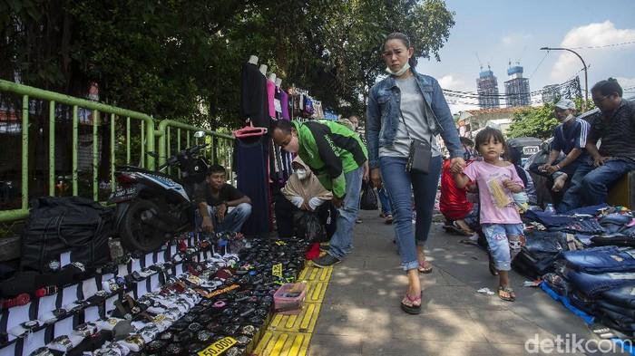 Pedagang Kaki Lima (PKL) tetap berjualan di Trotoar Pasar Tanah Abang, Jakarta, Rabu (12/5/2021). Meski hari raya Idul Fitri tinggal satu hari lagi para pedagang tetap berjualan di trotoar.