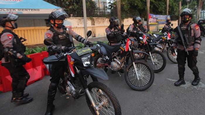 Personil kepolisian melaksankan apel kesiagaan  di Pos Penjagaan, Kawasan Bundaran HI, Jakarta, Rabu (12/5/2021). Polda Metro Jaya menerjunkan sebanyak 6.992 personel dan menyiapkan 17 pos checkpoint untuk mencegah kerumunan sekaligus tindaklanjut pelarangan pemerintah terkait pelaksanaan takbir keliling, hal ini sejalan dengan penerapan protokol kesehatan akibat Pandemi COVID-19. ANTARA FOTO/ Reno Esnir/foc.