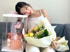 Pesona Cantik Joy Red Velvet Saat Pose Bareng Cake