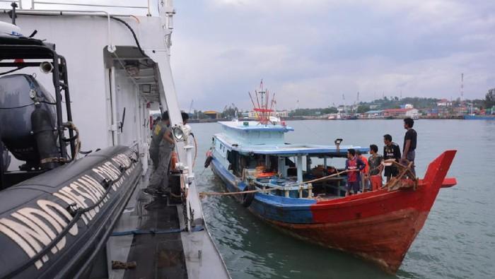 Petugas Bakamla jemput 8 nelayan Indonesia yang ditangkap Malaysia