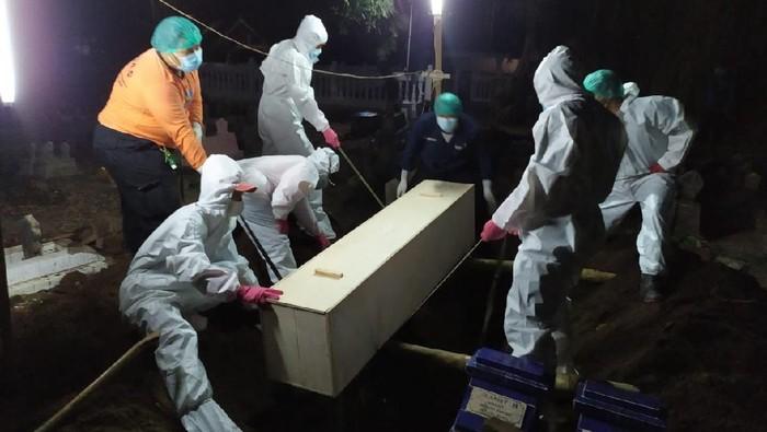 petugas memakamkan jenazah pasien COVID-19