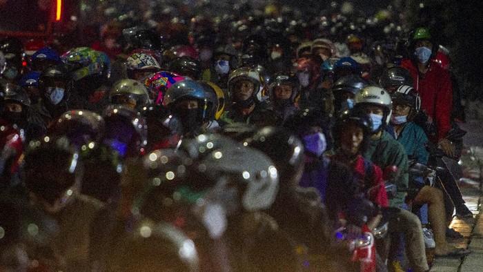 Foto udara kendaraan pemudik memutarbalik saat melintasi posko penyekatan mudik di Tanjungpura, Karawang, Jawa Barat, Rabu (12/5/2021) dini hari. Petugas gabungan memutarbalikkan pemudik yang melintasi pos penyekatan pada H-1 Hari Raya Idul Fitri 1442 H. ANTARA FOTO/M Ibnu Chazar/nz